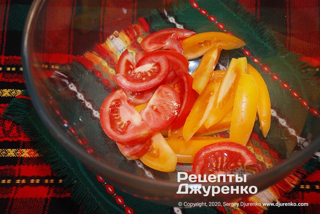 Нарезанные помидоры.