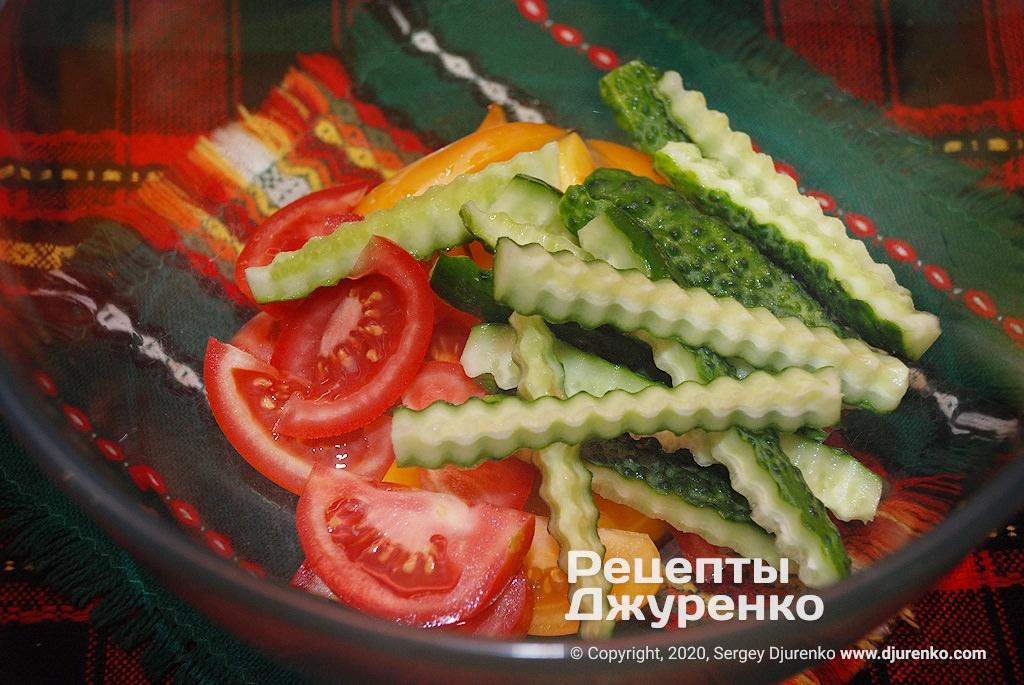 Нарезка огурцов для салата.