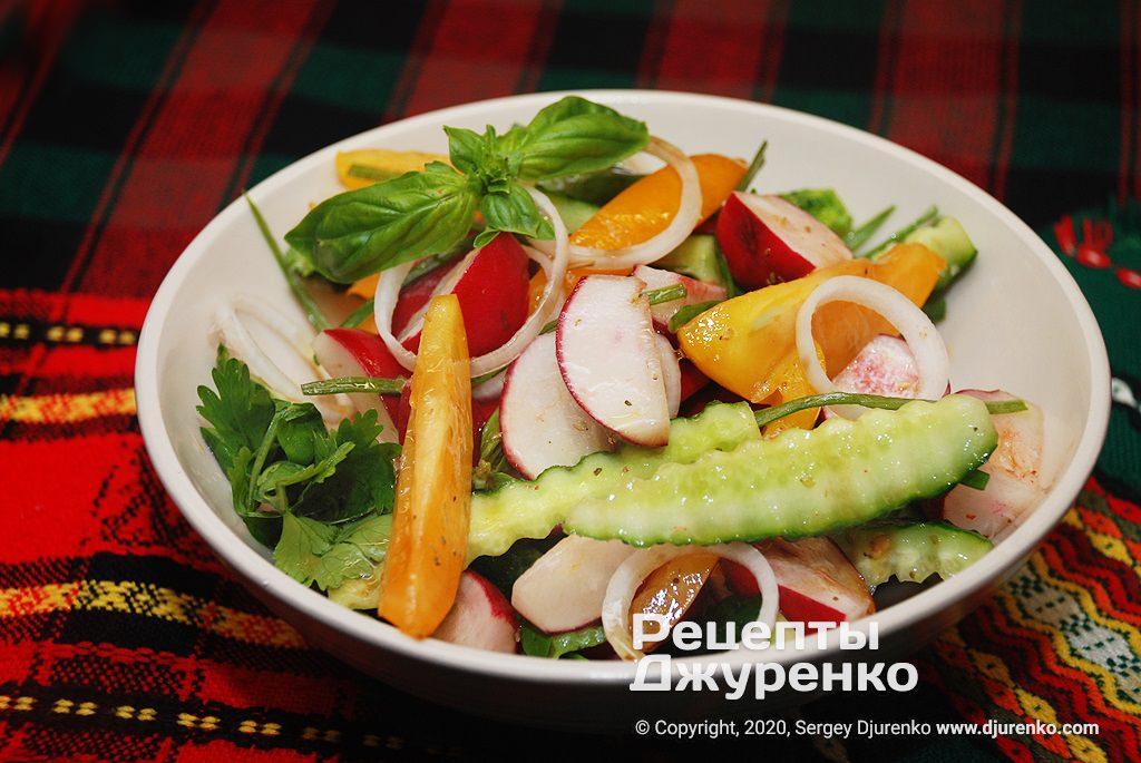 Готова страва Салат з редискою, огірками, помідорами і зеленню.