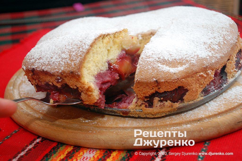 Шарлотка со сливами - пышный бисквит с половинками фруктов.