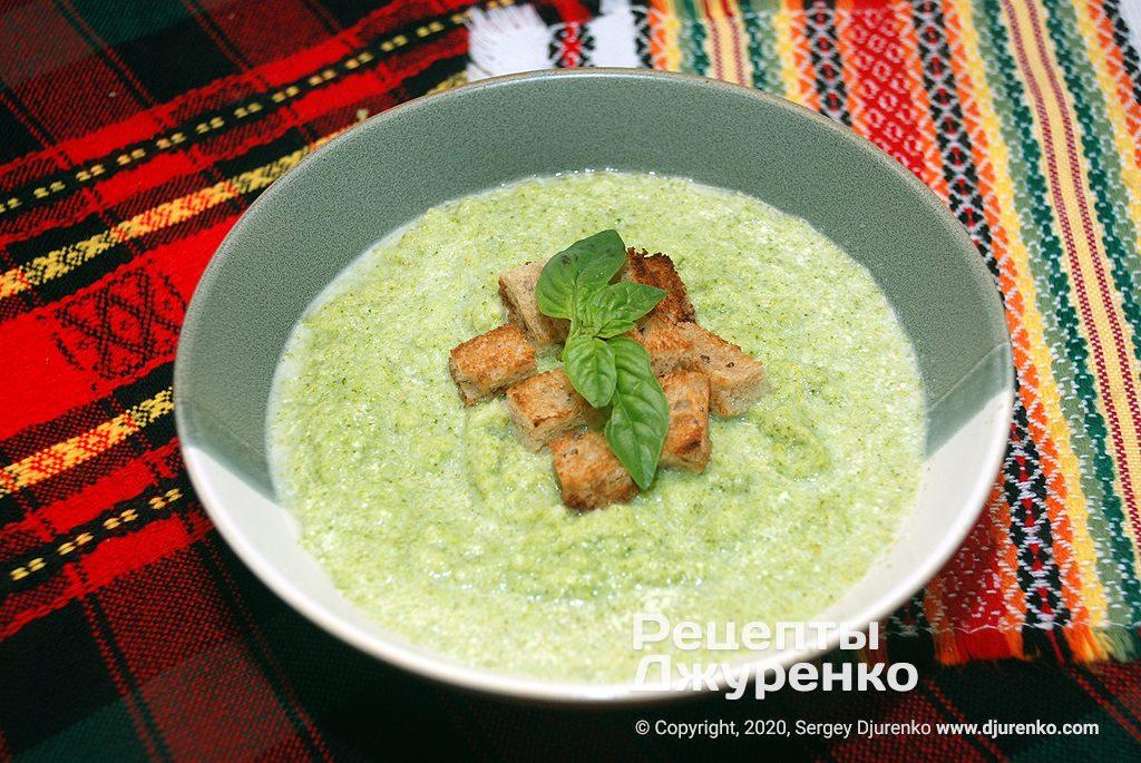 Готова страва Крем-суп з брокколі із вершками, пармезаном і сухариками.