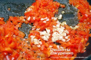 Шаг 2: чеснок и мякоть помидоров