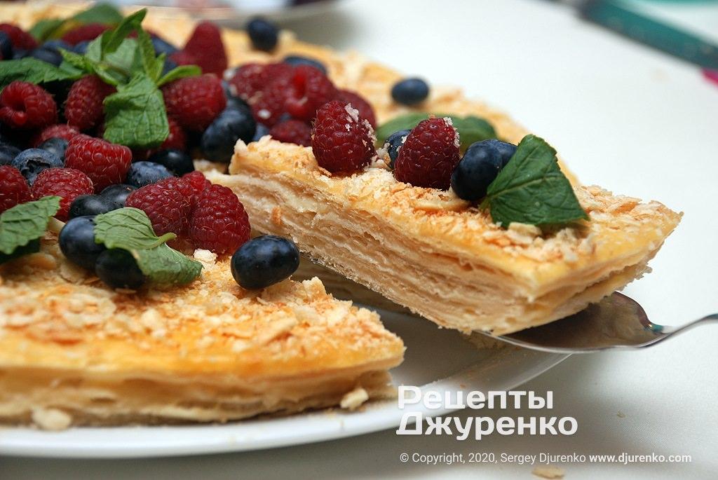 Готова страва Торт Наполеон з кремом, листковим тістом і свіжими ягодами.