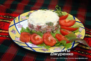 Готова страва салат з куркою і грибами