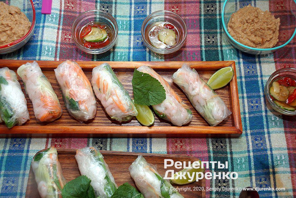 Готова страва Спрінг-роли з рисового паперу з начинкою із креветок та овочів.