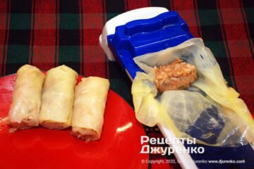 Шаг 4: сворачивание капусты с начинкой