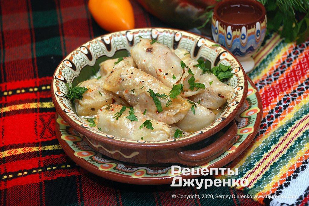 Готова страва Сарми зі свининою, цибулею і рисом в капустяному листі.