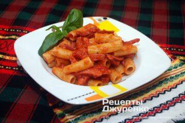 Готова страва макарони з сосисками
