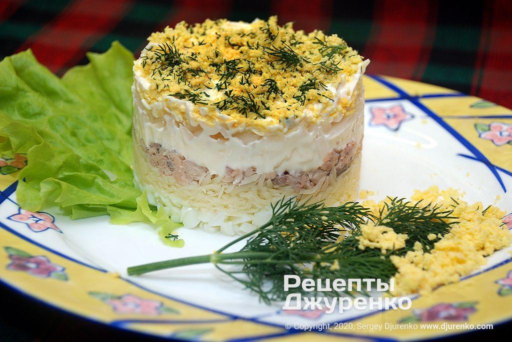 Готова страва салат Мімоза з рибними консервами.