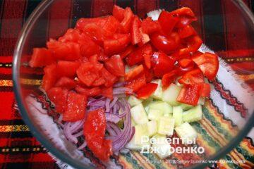 Шаг 2: смешать все свежие овощи