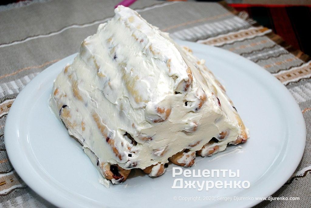 Смазать торт кремом.