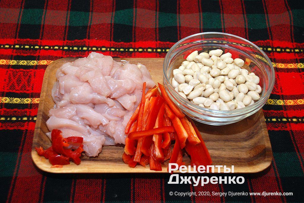 Овощи и арахис для жарки.