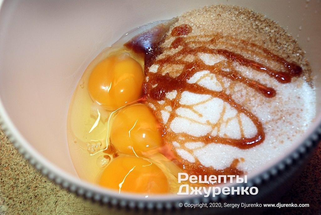 Взбить сахар с яйцами.