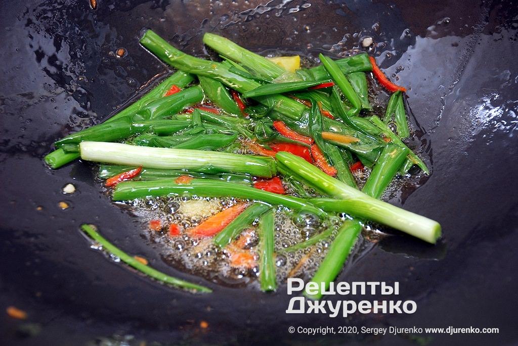 Підготовка кунжутної олії до смаження овочів.