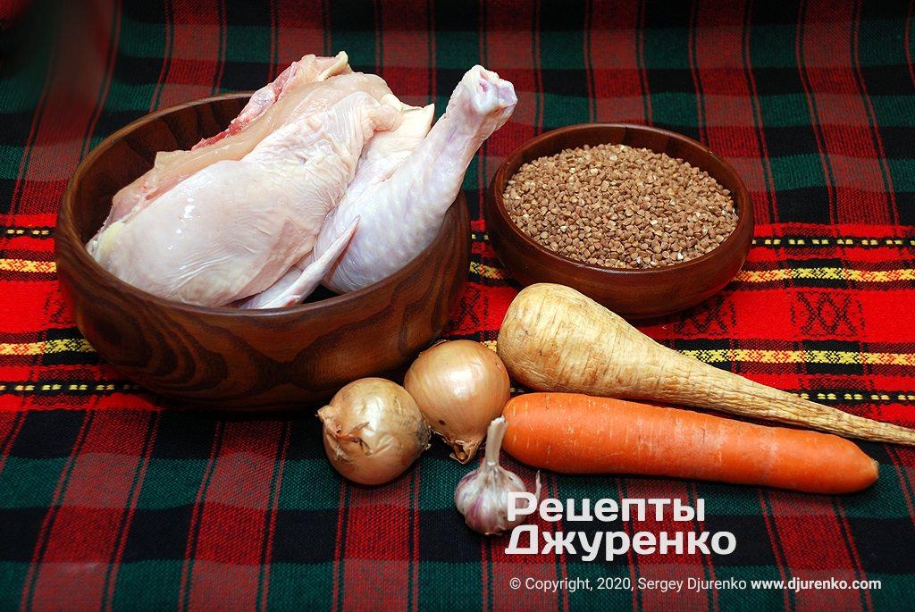 Кусок курицы, овощи и гречневая крупа.