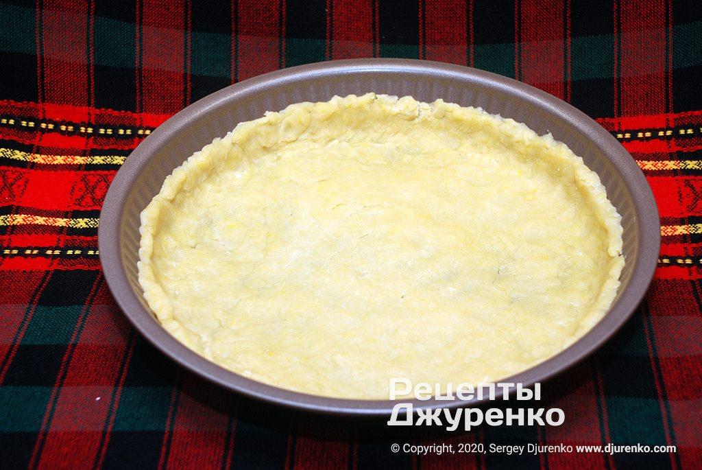 Выложить песочное тесто в форму.