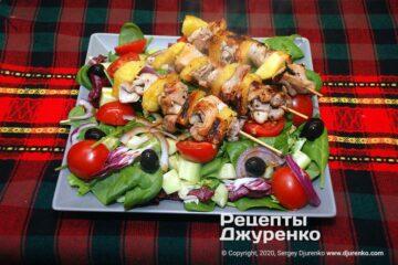 Фото рецепта салат с курицей и ананасами