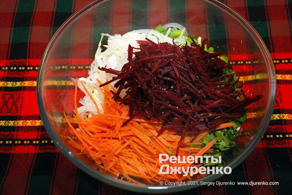 Нашинкованная морковка и свекла.