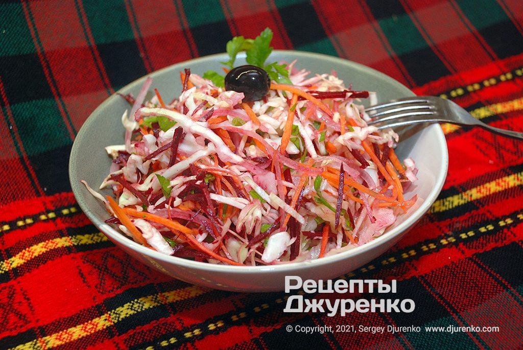 Готова страва Салат Щітка з молодої капусти з морквою, цибулею і буряком.