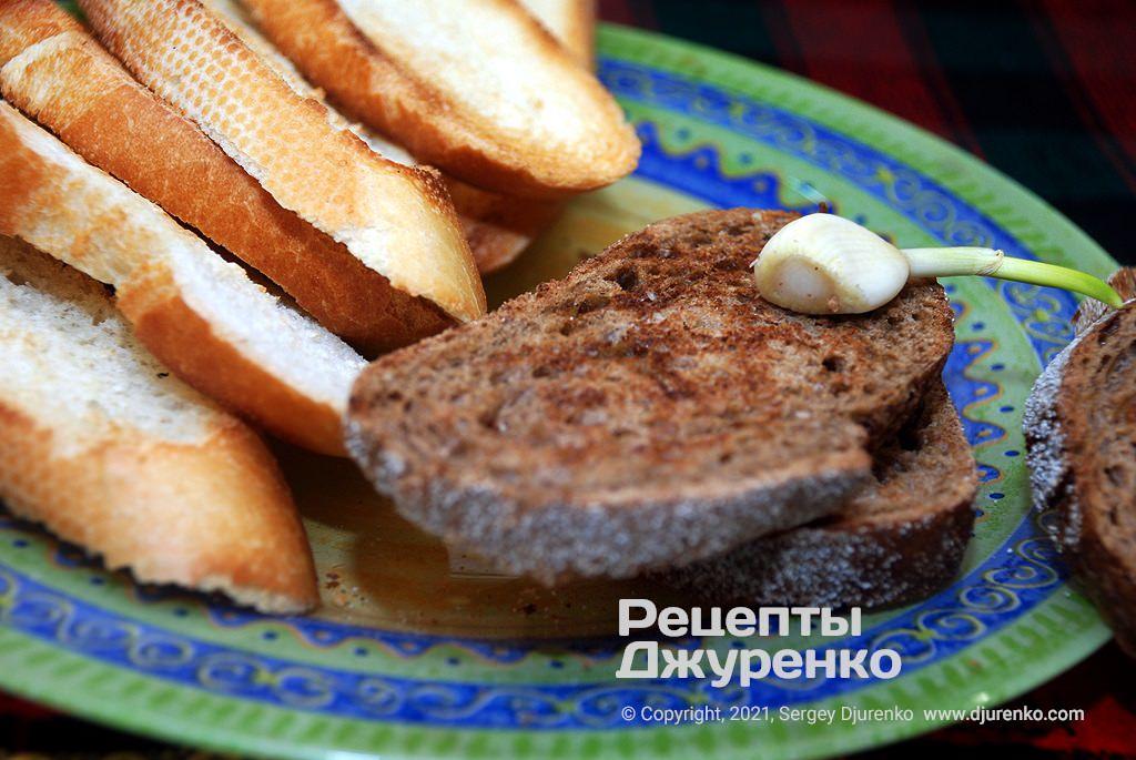 Натереть поверхность хлеба чесноком.