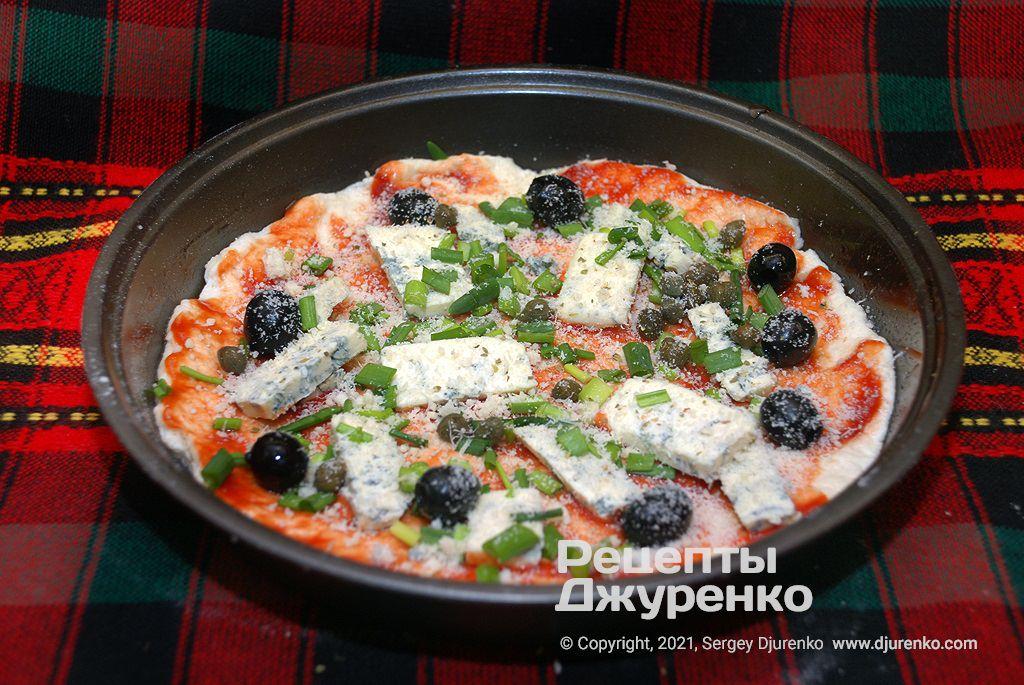 Підготовлена до випічки піца.