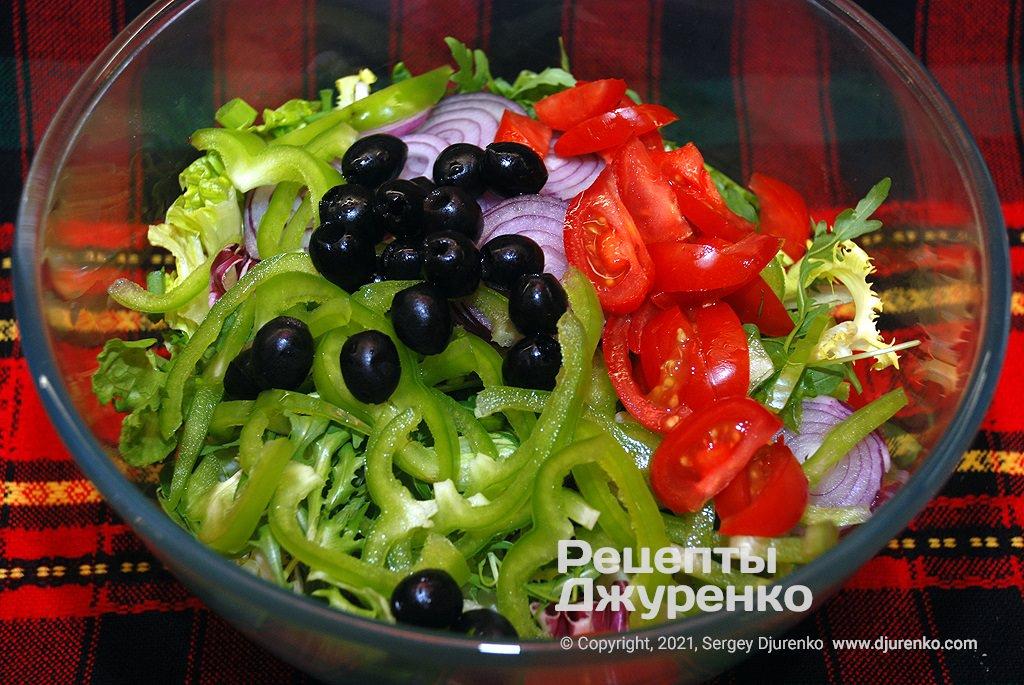 Овочі та оливки.
