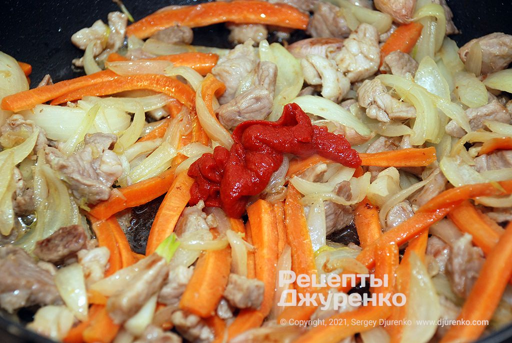 Обжарить лук и морковку, затем добавить немного томата.