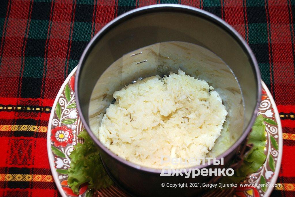 Первым слоем я выкладываю картошку.