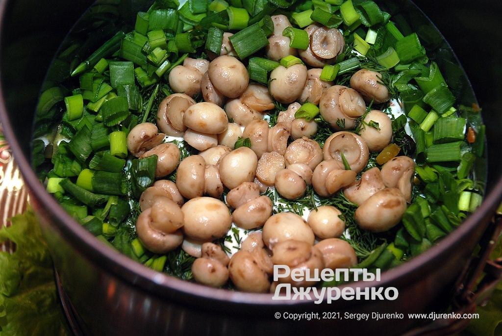 Разложить по центру поляну грибов, а край посыпать зеленым луком.