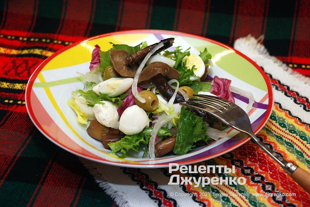 Салат с маринованными грибами.