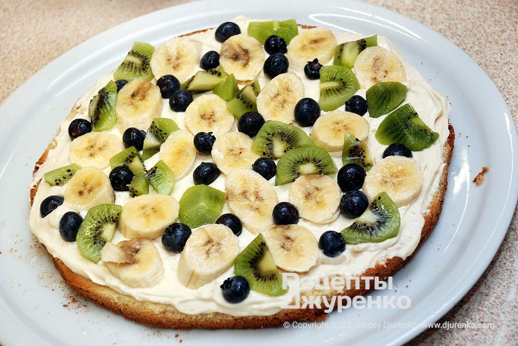 Розкласти поверх крему фрукти і ягоди.
