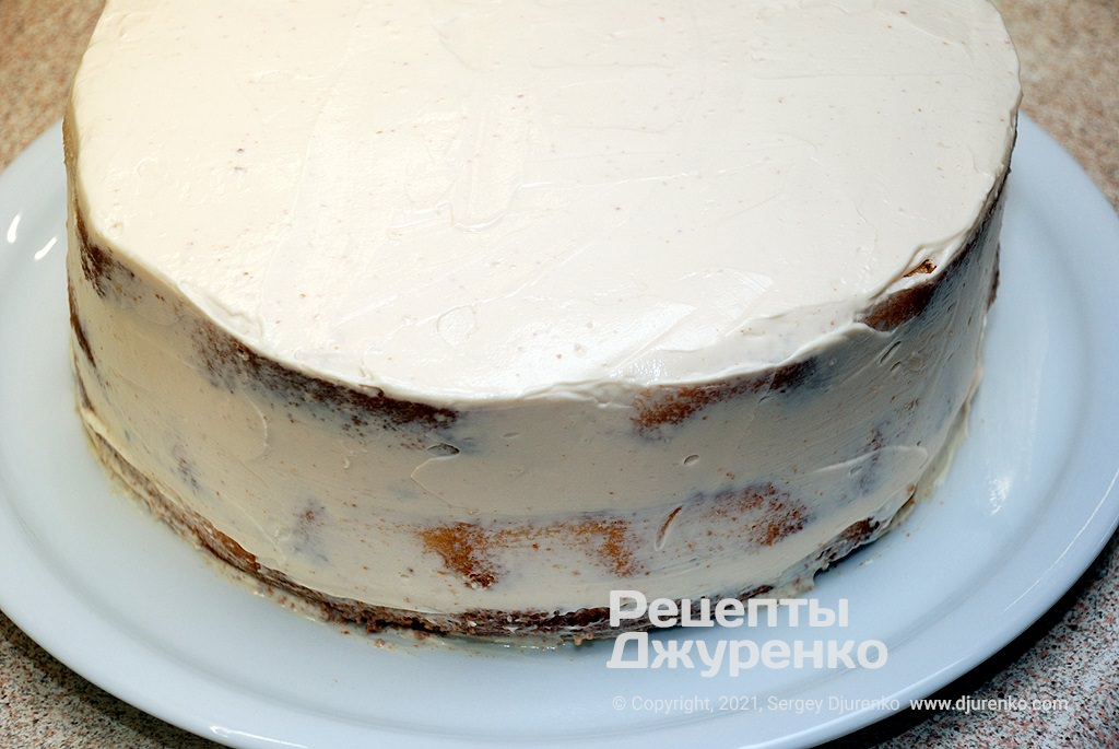 Рясно змастити верх і боки торта кремом.