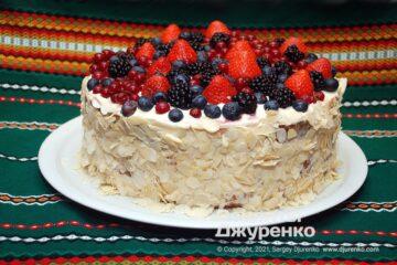 Фото рецепта торт с ягодами из бисквита