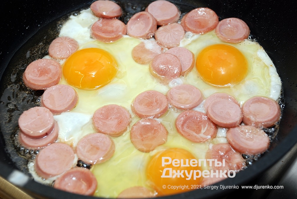Выпустить сырые яйца, посолить и поперчить.