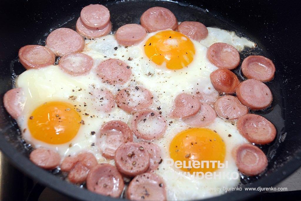 Жарить яйца, пока белок не свернется.