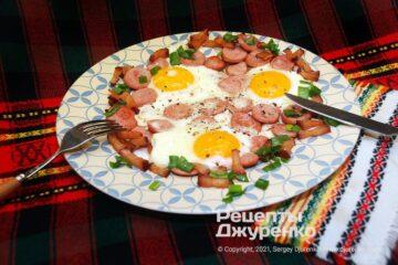 Фото рецепта яичница с сосисками
