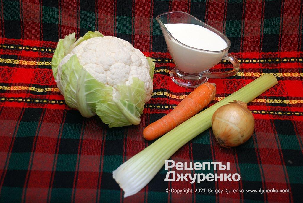 Головка цветной капусты, овощи и сливки для супа.