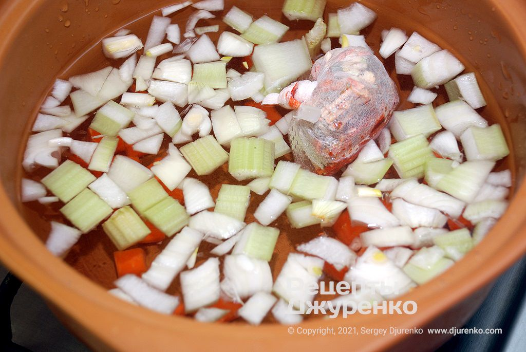 Отварить твердые овощи в воде со специями.