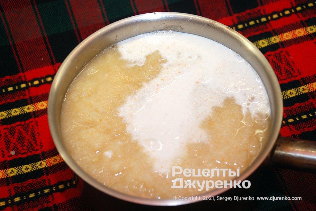 Додати в суп вершки і бульйон, потім варити кілька хвилин.
