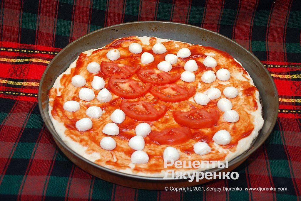 Змастити основу томатним соусом і розкласти моцарелу.