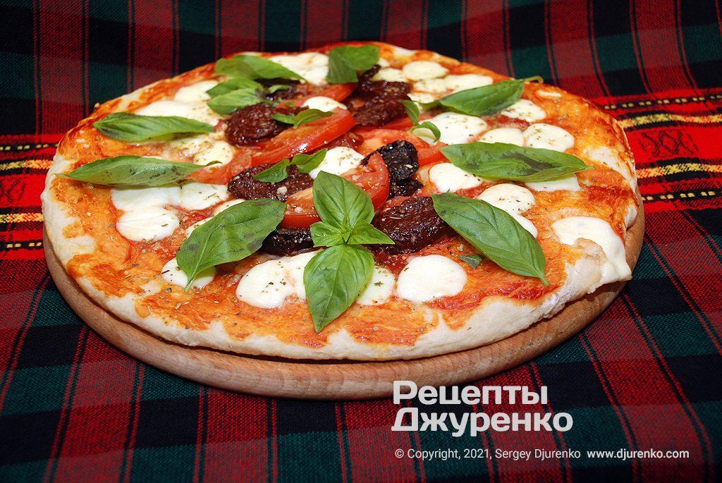 Готова страва Піца Маргарита з в'яленими помідорами.