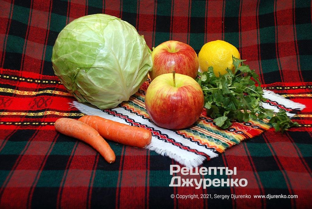 Молодая капуста, морковка, яблоки для салата.