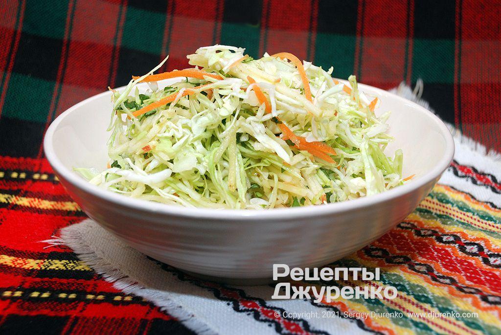 Салат из молодой капусты.