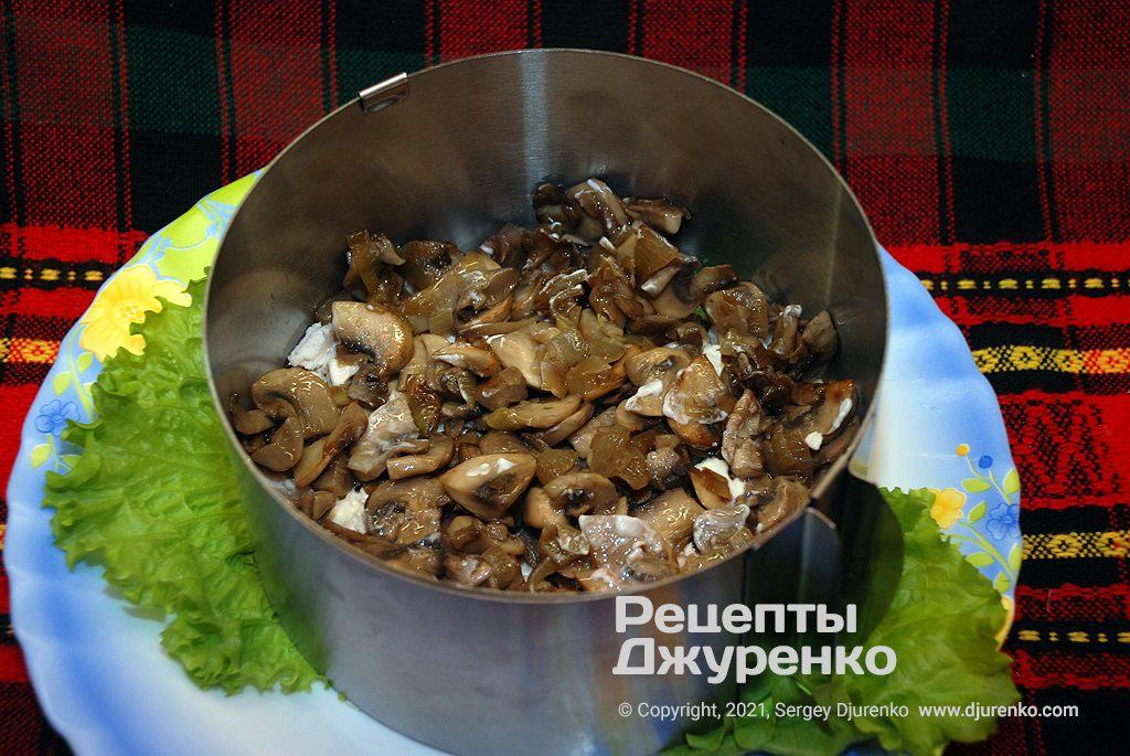Другим шаром викласти обсмажені гриби.