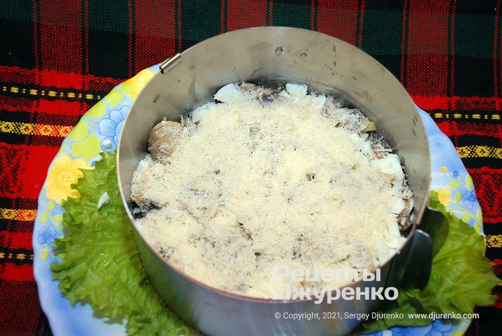 Подрібнити сир і посипати ним салат.