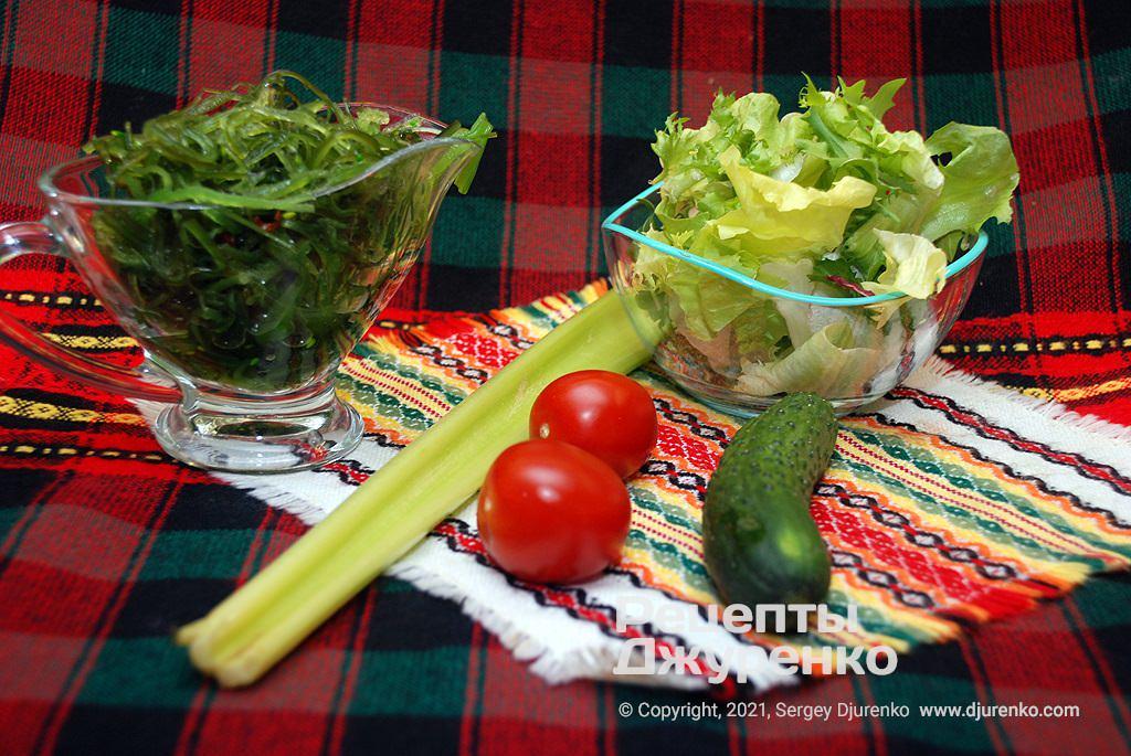 Мариновані водорості і овочі для салату.