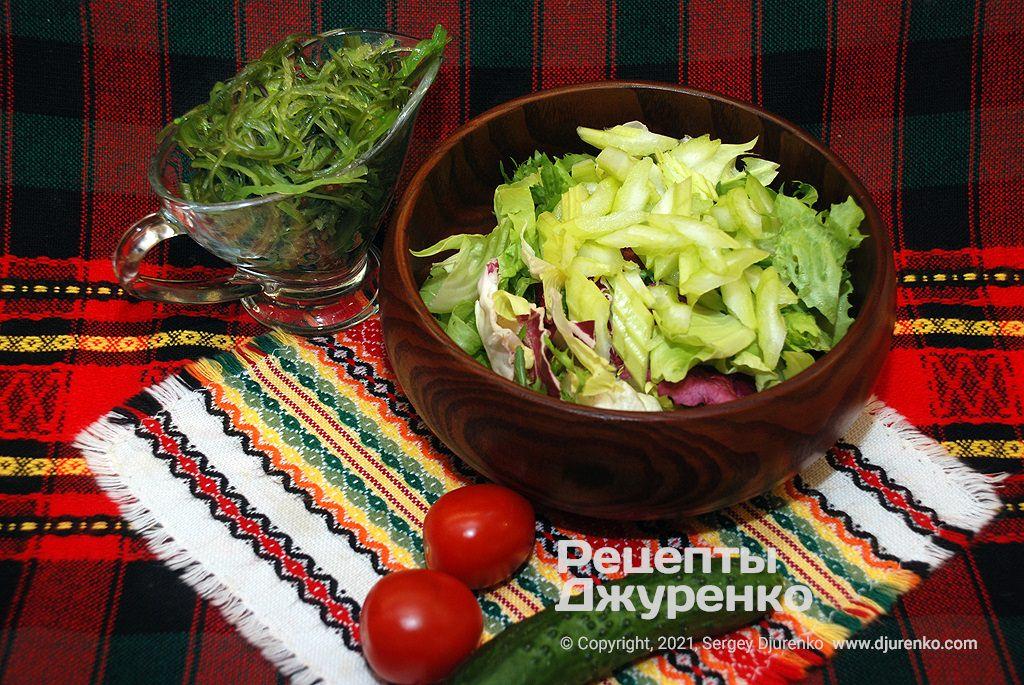 Клаптики салату латук з огірком і селерою.