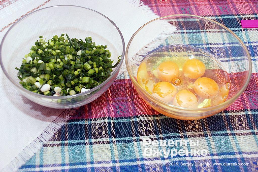 Смешать яйца и мелко нарезанный зеленый лук.