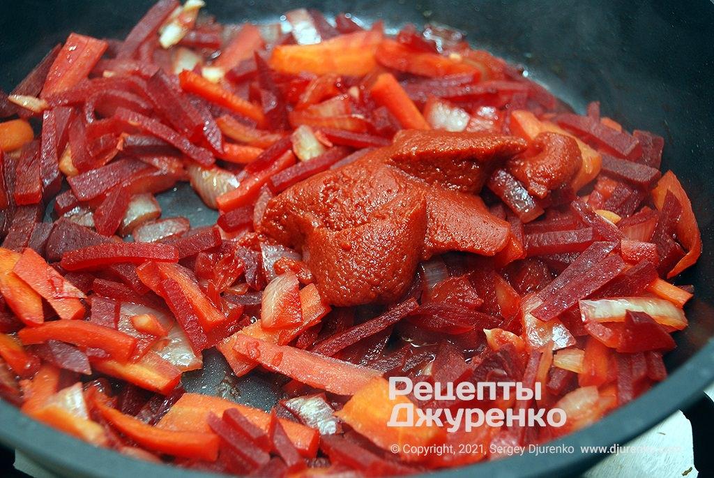 Добавить томатную пасту и тушить под крышкой.
