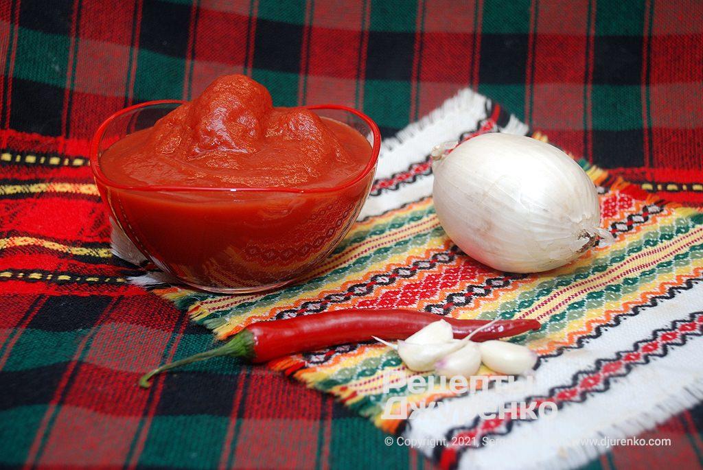 Домашний томатный соус готовится из мякоти помидоров.